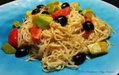 Gebratene Mie-Nudeln mit Tomaten-Avocado-Oliven-Gemüse - https://www.facebook.com/media/set/?set=a.680298445401878.1073742001.504055336359524&type=3&uploaded=6