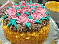 Bolo recheio de nutella, cesta de chantili, com rosas e folhas. cake, chantily, cesta