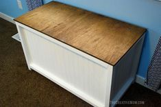 This darling farmhouse chest is a great beginner build. It can be used for blankets, used in the garage for extra storage, or used as a toy box. It is designed to fit perfectly at the foot of a twin sized bed, though the dimensions can easily be adjusted. Diy Toy Box, Diy Toy Storage, Diy Box, Storage Boxes, Storage Chest, Extra Storage, Woodworking In An Apartment, Woodworking Box, Beginner Woodworking Projects