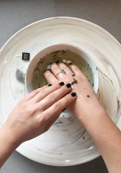 3 steps to keep hands glowing and soft in the winter Dry Skin Causes, Hand Soak, Local Nail Salons, Cuticle Oil, Manicure At Home, Pure Leaf Tea, Dry Hands, Winter Nails, Natural Oils