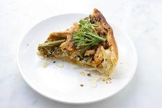 Een vegan quiche is zo gemaakt en door de mix van groente, tofu en kaas, zal hij zelfs de moeilijke eters blij maken! Ideetje voor Pasen?