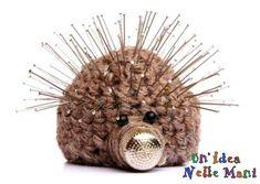Originale puntaspilli realizzato a crochet a forma di riccio
