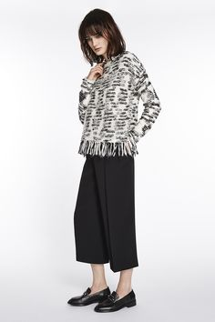 Pullover with fringes https://www.oui.com/pullover-mit-fransen-0049779-0109 Culotte: https://www.oui.com/culottes-0049632-9990
