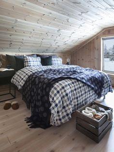 Smarte oppbevaringsløsninger på hyttesoverommet - IKEA Comforters, Ikea, Cabin, Blanket, Home, Creature Comforts, Quilts, Ikea Co, Cabins