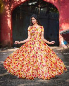 Planning to shop ethnic dresses online? Girls Frock Design, Long Dress Design, Indian Gowns Dresses, Indian Fashion Dresses, Model Off Duty Style, Victoria's Secret Models, Long Gown Dress, Long Frock, Frock Dress