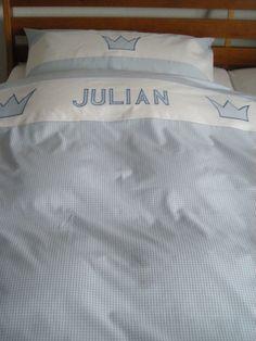 Traumschöne Kinderbettwäsche aus feiner, mercerisierter Baumwolle in hellblauem Vichy-Karo mit weißer Bordüre, appliziertem Namen und Kronenapplikatio