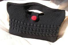 Jolie petite pochette, à porter en sac ou pour ranger, du crochet un peu moderne Pochette au crochet by EclatDuSoleil, via Flickr