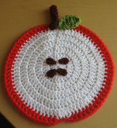 Angelas Crafts: Crochet fruits - Frutas en crochet Crochet Apple, Crochet Fruit, Diy Crochet, Crochet Crafts, Crochet Projects, Crochet Placemats, Crochet Potholders, Crochet Hot Pads, Crochet Kitchen