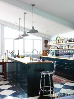 This arty homeowner chose colourful subway tiles, then picked up the colours in accessories in the kitchen. Subway Tile Colors, Subway Tiles, Garden News, Splashback, Kitchen Dining, Dining Rooms, Kitchen Colors, Wine Recipes, Cool Kitchens