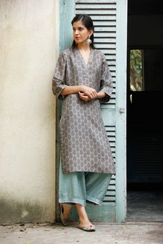 While ethnic outfits looks great, we agree at times it's difficult to style them! Read on to see how to wear ethnic outfits to college & look chic. India Fashion, Ethnic Fashion, Asian Fashion, Punk Fashion, Lolita Fashion, Indian Look, Indian Ethnic Wear, Indian Style, Pakistani Outfits