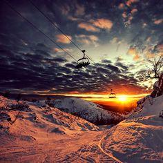 Sessellift im Sonnenuntergang.  Nice  #Seilbahn #Chairlift