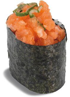 GUNKAN SAUMON  - boulette de riz vinaigrée recouverte de tartare de saumon ; spicy mayo et oignons nouveaux ; entourée d'une feuille de nori