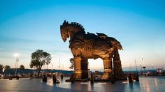 The Trojan horse in Troy! Troy Turkey, Trojan Horse, Travel Through Europe, Different Countries, Backpacking, Exploring, Travel Inspiration, Lion Sculpture, Horses