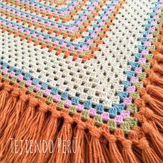 Detalles del punto granny (o granny stitch) con el que tejimos este poncho con capucha! Paso a paso en nuestra web tejiendoperu.com