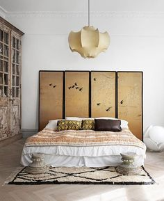 How fab is this screen room divider used as a headboard? In fact, I'm loving all the surprises in the Malmö apartment on the blog today (follow link in bio!).  @marcuslawett styling by Karolina Vertus (owner of my favourite @miloiibutik featured in ...