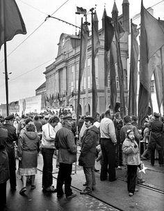 Maidemonstration:  Eine der Pflichten eines sozialistischen Kollektivs war die...