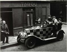 """Tabou 1947. """"Me gustan las barricadas, los lugares donde se siente el latido del corazón. No me gustan los barrios donde la vida es secreto """". Robert Doisneau."""