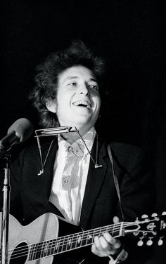 Bob Dylan in concert, Forest Hills, New NewYork, 1965 © Ken Regan Dallas 1965 Saw him in concert half acoustic,half with The Band-Fabulous! Acoustic Guitar Strap, Acoustic Guitar Lessons, Guitar Songs, Acoustic Guitars, Guitar Chords, Guitar Diy, Ukulele, Les Paul, Music Icon