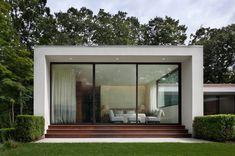 Luxus mit klaren Linien  | Strenge Architektur ist aktuell sehr begehrt. Bei diesem Haus in Connecticut, geplant von Specht Harpman, steht die Linienführung im Einklang mit dem Grundstück und schafft einen interessanten Gegensatz zum lieblichen Wald, der das Haus umgibt. Eine streng konzipierte Oase mitten im lauschigen Grün: Das Haus ist pavillonartig gebaut und verfügt über einen passend reduzierten Garten, der auf verschiedenen Ebenen angelegt ist. Leicht ...