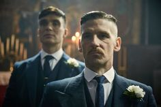 In the final moments of the last series of Peaky Blinders, Birmingham crime lord Tommy Shelby (Cillian Murphy) was outside Epsom racetrack with a gun to his head. Peaky Blinders Frisur, Peaky Blinders Saison, Steven Knight, Cillian Murphy Peaky Blinders, Room Posters, Wedding Suits, I Am Awesome, Hair Cuts, Actors