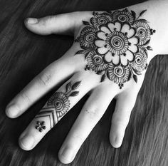 20 Simple Arabic Mehndi Designs For Girls In 2020 Mehandi Designs, Henna Flower Designs, Henna Tattoo Designs Simple, Henna Designs Feet, Simple Arabic Mehndi Designs, Back Hand Mehndi Designs, Mehndi Designs Book, Mehndi Design Photos, Mehndi Simple