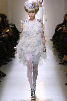 Lara Stone au défilé Chanel Couture printemps-été 2010 http://www.vogue.fr/mode/en-vogue/diaporama/le-top-lara-stone-en-50-looks/5478/image/400390#!chanel-couture