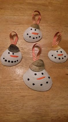 Christmas DIY: Clam Shell Snowman O Clam Shell Snowman Ornaments Seashell Christmas Ornaments, Noel Christmas, Beach Christmas, Snowman Crafts, Snowman Ornaments, Snowmen, Sea Crafts, Kids Crafts, Seashell Projects