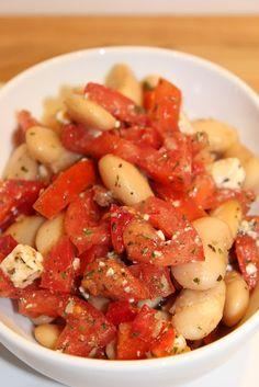 Fasólia me salsa tomatas