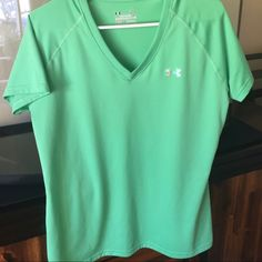 Under Armour shirt Short sleeve ladies Under Armour tee  semi fitted body Under Armour Tops Tees - Short Sleeve