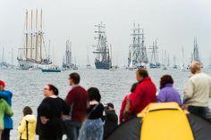 Foto: Kurz vor der Windjammerparade zur Kieler Woche setzte Regen ein.
