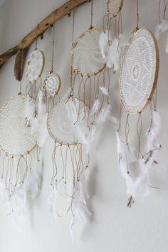 ■ドリームキャッチャー 刺繍枠を使えばドリームキャッチャーも簡単に作れます。手芸屋さんなどで手に入るフェザーを紐の先につけるだけの簡単アレンジです。