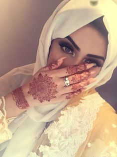 Marwari mehndi designs evolved to reflect the culture of Rajasthan. Their mehndi designs range from simple to breathtakingly beautiful. Modern Mehndi Designs, Mehndi Designs For Hands, Henna Tattoo Designs, Mehandi Designs, Beautiful Muslim Women, Beautiful Hijab, Stylish Hijab, Stylish Girl, Henna Mehndi
