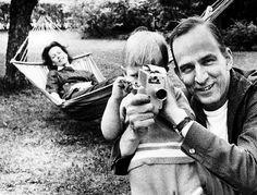 Ingmar Bergman montre à son fils Daniel comment manipuler une caméra, sous le regard de son épouse Kibi Laretai.