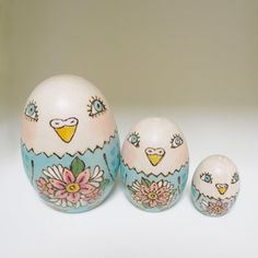 インコのマトリョーシカ(卵型3つ組)材料:白木技法:焼き絵、色付け、ニス仕上げ大きさ:高さ6cm×横3cm×奥行3cm箱付き(外装パッケージはいしていません)