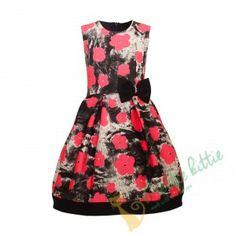 Stylisches ärmelloses Sommerkleid für Mädchen mit rotem Blumenmuster auf dunkel-meliertem Hintergrund. Das Kleid hat eine dezente schwarze Schleife und einen versteckten Reißverschluss. Der Rock ist gefüttert und das Baumwollefutter ist für mehr Volumen mit Tüll überzogen. Ausgefalleness Kleid für alle formellen und festlichen Anlässe Ihres Kindes. Dieses schöne Mädchenkleid ist auch sehr gut für die Schule und den Schulbeginn geeignet. Elegant, Summer Dresses, Rock, Fashion, Beginning Of School, Dark, Floral Patterns, Chic, Cotton