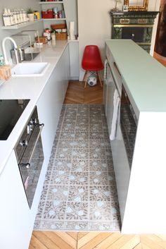 Pour une idée des dimensions entre les 2 plans de la cuisine / Il y a du claustra dans l'air… | Julie Nabucet Architectures