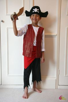 Les costumes de pirate sont assez faciles à réaliser : un jogging effrangé, un t-shirt ou une blouse blanche, un veston et quelques accessoires et vous avez un pirate prêt à embarquer sur un navire pour partir à la recherche d'un trésor enfoui. Côté accessoires, un bon pirate doit posséder un sabre et je vous propose aujourd'hui d'en fabriquer un en carton. Si vos enfants ont envie de fabriquer un sabre, montrez-les nous dans les commentaires ou bien sur Facebook! Matériel nécessai...