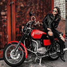 Motorbike Girl, Motorcycle Outfit, Lady Biker, Biker Girl, Black Jeans With Holes, Jawa 350, Up Auto, Cafe Racer Girl, Rough Riders