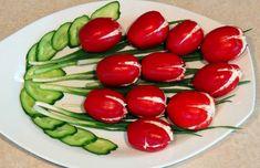 Rajčata nejprve nařezala do kříže a naplnila famózní pomazánkou. Tyto tulipány nejen, že vypadají úžasně na stole, ale i skvěle chutnají! - Edible Fruit Arrangements, Creative Food Art, Caprese Salad, Finger Foods, Kids Meals, Green Beans, Zucchini, Food To Make, Appetizers