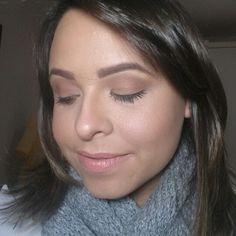 Make super básica pro dia a dia! É com ela que eu vou quando tenho um dia de trabalho. Pra noite, levo alguns coringas em minha necessaire pra sair do look dia para noite! Já já posto essa make e seu passo a passo em meu canal!  A lista de produtos também estará no blog. Aqui assinalei as marcas dos produtos que usei!  www.charmecharmosa.wordpress.com  #blogcharmecharmosa #blogger #blog #make #makeup #makeupideias #maquiagem #eumaquio #mua #nyx #maccosmetics #maccg #maybelline…