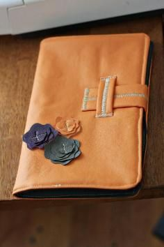 This is a tutorial for sewing an e-reader cover. Mine is specifically made for a Nook Color, but this can be adjusted for any type of e-rea. Diy Laptop, Laptop Case, Ipad Case, Laptop Covers, Ipad Covers, Ipad Holder, Ipad Accessories, Diy Tutorial, Purses