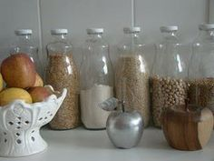 Casa Studio: garrafas de suco para guardar mantimentos.