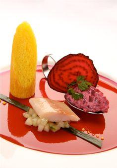 Geräuchertes Filet von der Gebirgsforelle mit Tartar von Roter Beete und lauwarmem Brioche