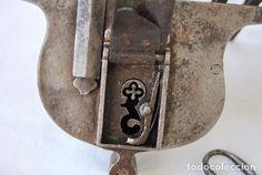 Antigüedades: MAGNIFICA CERRADURA CANDADO EN HIERRO FORJA SIGLO XVIII. LLAVE DE CRUZ. BUEN ESTADO - Foto 3 - 92832020