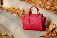 Czerwona torebka na zwrócenie na siebie okazji? Świetnie będzie pasować do ciemnych sukienek