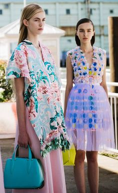 Qué linda idea esa del tul sobre el vestido colorinche. Le baja un poco el color y le da movimiento.