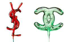 Fashion system, les raisons du mal-être 2263 Entre DA tirant leur révérence, griffes se séparant de designers talentueux, collections oubliées avant même d'avoir été portées, vêtements jetés avant même d'avoir été usés et influenceurs remplaçant en front row critiques et rédactrices de mode, le système régentant l'univers de la mode semble plus que jamais en bout de course. Passage en revue des différents travers actuels de cette industrie…  Sucettes Chanel et YSL