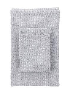 Jacquard-kudottu pyyhe on valmistettu puuvillan, pellavan ja tencel-kuidun sekoitteesta. Vohvelikangasmainen rakenne tuntuu miellyttävän pehmeältä ja raikkaalta saunapuhdasta ihoa vasten.