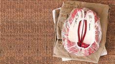 Ao arrumar as malas para viagem, cubra seus sapatos com uma touca de banho