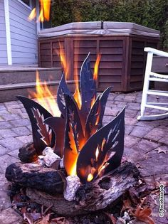 DIY backyard fire pit with metal Cool Fire Pits, Diy Fire Pit, Fire Pit Backyard, Metal Fire Pit, Fire Fire, Stone Fire Pits, Backyard Camping, Custom Fire Pit, Modern Fire Pit
